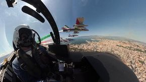 Lo spettacolo delle Frecce Tricolori sul cielo di Cagliari e Palermo, la terza tappa del viaggio