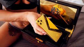 Donne sexy e lusso: così il fratello di Pablo Escobar cerca di vendere iPhone in oro, ma potrebbe essere una truffa
