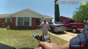 Texas, polizia a pistole spianate contro 21enne afroamericano disarmato: la nonna gli fa scudo