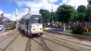 Scontro frontale tra due tram a tutta velocità: le immagini choc dal punto di vista dell'autista