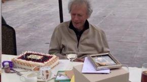 Clint Eastwood compie 90 anni: la reazione per la torta sembra la scena di un suo film
