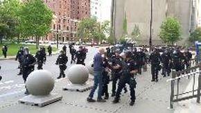 Il video della brutalità della polizia che sconvolge gli Usa, anziano spinto a terra senza motivo da due agenti: è grave