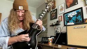 Usa, al musicista basta una sola corda per suonare la chitarra: l'assolo blues è stupefacente
