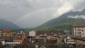 "L'arcobaleno ""abbraccia"" il cielo sopra Domodossola"