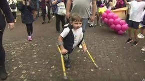 A 5 anni percorre 10 chilometri dopo aver perso le gambe e raccoglie 1 milione di sterline per beneficienza