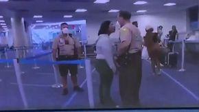 Diverbio all'aeroporto di Miami, agente sferra un pugno in faccia a una donna afroamericana
