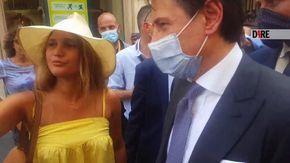 """Il premier Giuseppe Conte alle prese con le avances della ex studentessa: """"Manteniamo le distanze"""""""