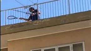 Il campione Federer palleggia su un tetto a Finale Ligure