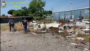 Roma, scoperta discarica abusiva con 25 tonnellate di rifiuti