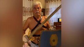 Razzi in versione gladiatore, a petto nudo con una pentola in testa