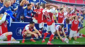 Durante la festa per l'Fa Cup vinta dall'Arsenal, Aubameyang rompe il trofeo