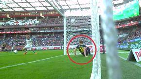 In Russia il miglior salvataggio della stagione è di un difensore: finisce in porta ma non si arrende