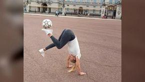 Londra, la ragazza incanta palleggiando di fronte a Buckingham Palace