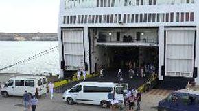 Lampedusa, arrivata al porto la nave quarantena: i primi migranti salgono a bordo
