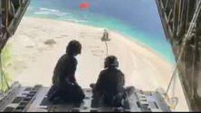"""Australia, i soccorsi ai marinai naufragati sull'isola sperduta e salvati da """"Sos"""" scritto sulla sabbia"""