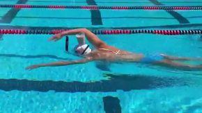 Ecco perché la campionessa olimpica Katie Ledecky nuota con un bicchiere di latte in testa?