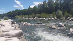 Il fiume Sesia diviso dalla burocrazia: sulla sponda vercellese ci si tuffa, nel Novarese è vietato