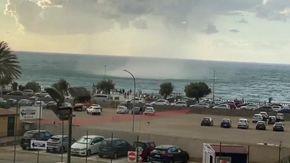 Cefalù, tromba d'aria in spiaggia: panico tra i bagnanti