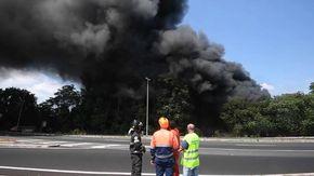 In fiamme un autodemolitore, nube di fumo nero sull'Olimpica a Roma