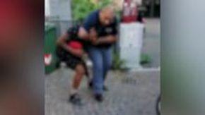"""Vicenza, poliziotto immobilizza un ragazzo nero stringendolo al collo. Gli amici: """"Lo strozzi"""""""
