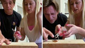 Finge di pinzarsi un dito con una sparapunti, lo scherzo crudele del marito: la reazione della moglie è da sbellicarsi