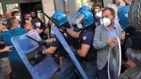 Protesta contro il comizio di Salvini in provincia di Salerno, volano sedie e cassonetti