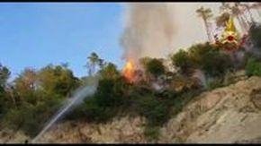 Casarza Ligure, prosegue lo spegnimento di un vasto incendio sulle alture