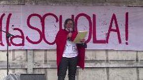 """""""Siamo i partigiani della scuola"""": docenti, studenti e genitori in piazza per chiedere investimenti"""