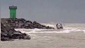 Ostia, barca a vela si schianta sugli scogli: ecco la drammatica sequenza del naufragio