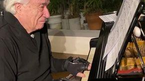 Le lacrime del pianista João Carlos Martins: torna a suonare dopo 20 anni grazie a guanti bionici