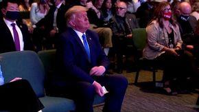 Usa, Trump a messa per la benedizione del pastore: ecco cosa fa con le banconote prima dell'offerta