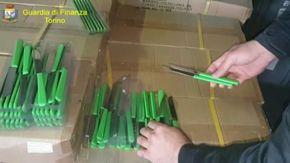 Etichette made in Italy, ma prodotti cinesi: 8 milioni di coltelli sequestrati nel Torinese