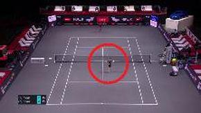 Tennis, Sinner resta senza racchetta dopo lo smash: il colpo che non ti aspetti