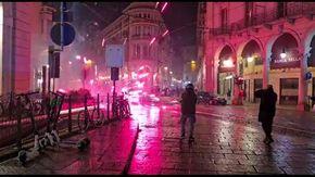 Manifestazione contro le misure anti covid a Torino, vetrine rotte e scontri con la polizia