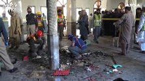 Pakistan, esplode una bomba in una scuola coranica: i soccorsi sul luogo dell'attacco