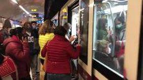 Roma, metro ancora affollata all'ora di punta: assembramenti sulle banchine e sulle scale mobili
