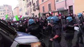 Covid, scontri con la polizia al sit in di protesta contro il Dpcm: cariche a Campo de' Fiori