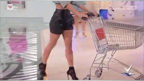 'Come fare la spesa in modo provocante': sdegno e rabbia per il tutorial in onda su Rai2