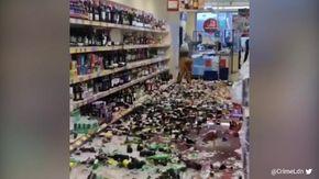 Distrugge cinquecento bottiglie in 5 minuti: l'incredibile gesto in un supermercato inglese