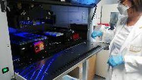 Attivato il nuovo macchinario per processare i tamponi, mille al giorno, nel laboratorio di Savona