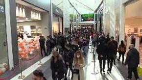 """Roma, in fila nel nuovo centro commerciale: """"Paura? Sì, ma ci stanno gli sconti..."""""""