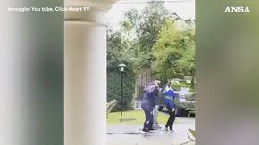 Le ultime immagini di Maradona prima della morte, cammina a stento e ricambia il saluto di una bimba