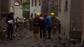 Le immagini strazianti del disastro in Sardegna, un'anziana viene portata via da casa sorretta dai soccorritori