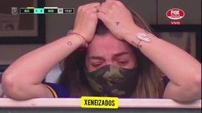 Il pianto della figlia di Maradona Dalma sugli spalti della Bombonera, dopo la dedica del gol del Boca Juniors