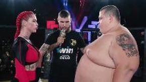 L'insolito combattimento di MMA in Russia: così la lottatrice mette KO lo youtuber di 240 kg alla prima ripresa
