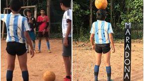 L'omaggio del ragazzino indiano a Maradona diventato virale commuove la rete