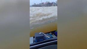 Thailandia, il tergicristallo è inutile: il bus avanza a fatica nell'acqua alta dopo l'alluvione