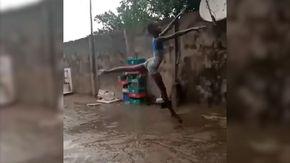 """Bolle e la bambina nigeriana che danza scalza sotto la pioggia: """"Ha la grazia di una étoile"""""""