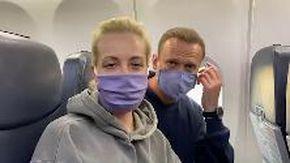 """Russia, Navalny e la moglie sull'aereo per Mosca citano un film: """"Ragazzi portateci della vodka. Stiamo tornando a casa"""""""