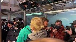 Russia, Navalny arrestato in diretta: il saluto e il bacio con la moglie Yulia prima di seguire i poliziotti